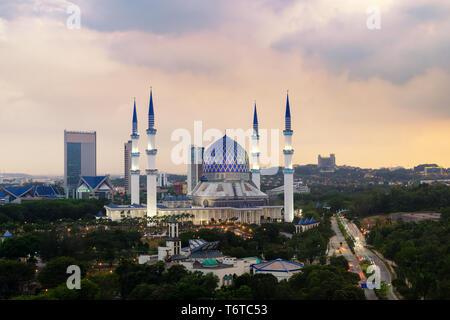 La belle le Sultan Salahuddin Abdul Aziz Shah Mosquée (aussi connu comme la Mosquée Bleue) situé à Shah Alam, Selangor, Malaisie. Banque D'Images