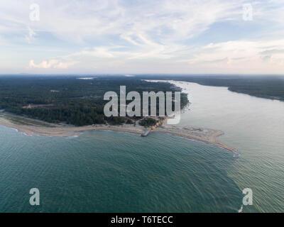 Vue aérienne d'une zone côtière où l'eau douce d'une rivière à l'eau salée situé dans un mas mek,plage,Malaisie kelantan Banque D'Images