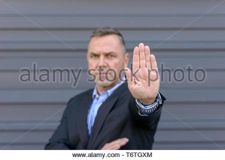 Homme mature montrant arrêter geste avec la main Banque D'Images