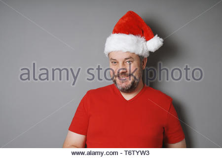 Middle aged man wearing santa hat et red t-shirt Banque D'Images
