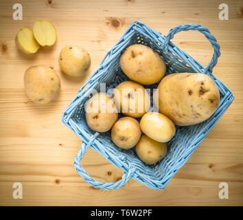 Les pommes de terre fraîches dans le panier vintage en bois Banque D'Images