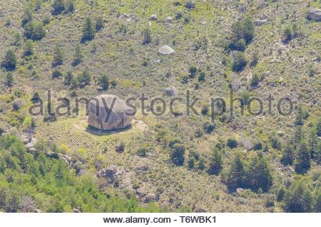 Gros rocher connu sous le nom d'El Tolmo, situé à seul à une prairie, à l'intérieur du parc régional de la Pedriza (Madrid - Espagne). Il y a environ 18 mètres de hauteur. Banque D'Images