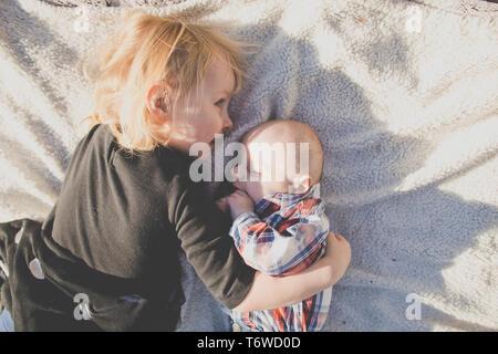 Frère et sœur jeter sur confortable matelas. Banque D'Images