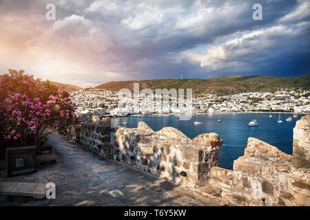Vue de la baie dans la mer Égée depuis le mur de château de Bodrum, Turquie Banque D'Images