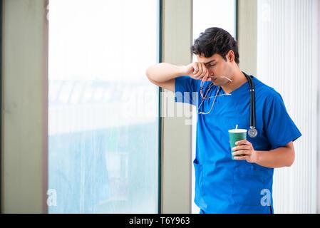 Beau jeune médecin travaillant à l'hôpital Banque D'Images