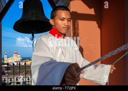 Autel boy sonner les cloches dans la Iglesia la Merced de Granada au Nicaragua en Amérique centrale. Retour cathédrale de Granada Nicaragua Banque D'Images