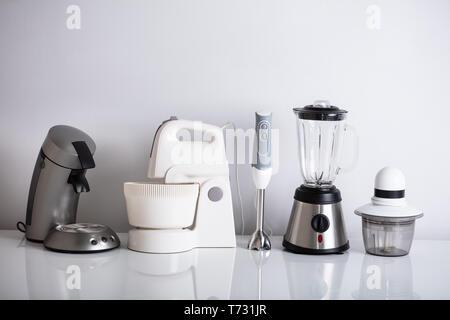 Variété d'appareils de cuisine en ligne sur Reflective 24 Banque D'Images