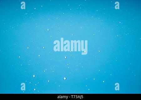 Gouttes d'eau sur un fond bleu pour placer du texte ou de la publicité Banque D'Images