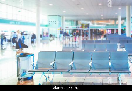 Rangée de chaises vides dans la salle d'embarquement d'un aéroport international. Concept de voyage Banque D'Images