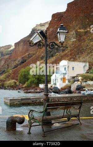 Lanterne et audience à un petit port d'Oia (Ia), Santorin, Grèce Banque D'Images