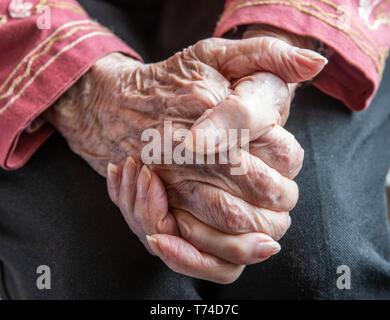 Woman's hands clasped réfléchie en repos; Olympia, Washington, États-Unis d'Amérique