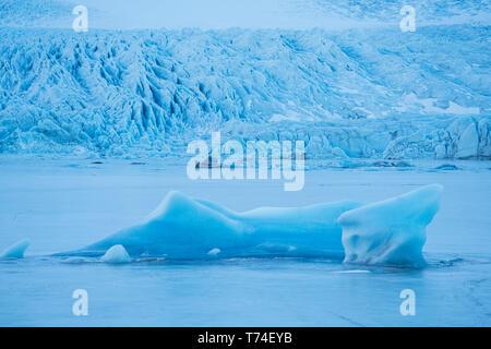 Glacier le long de la côte sud de l'Islande., les icebergs sont gelés dans la lagune à la base de celle-ci; l'Islande Banque D'Images
