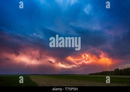 Avec l'Éclair nuages spectaculaires image composite . Nuit L'orage en Lituanie Banque D'Images
