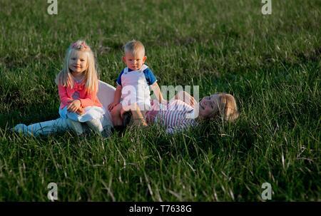 Heureux famille: mère, père, enfants de son fils et sa fille sur le coucher du soleil Banque D'Images