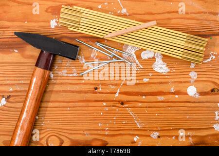 Marteau, règle de pliage et d'ongles sur une board. Banque D'Images