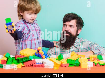 Passer du temps en famille. petit garçon avec papa jouant ensemble. L'amour. le développement de l'enfant. famille heureuse. loisirs bâtiment avec constructeur. père et fils jouer jeu. funny vacances. jouer en vacances. Banque D'Images