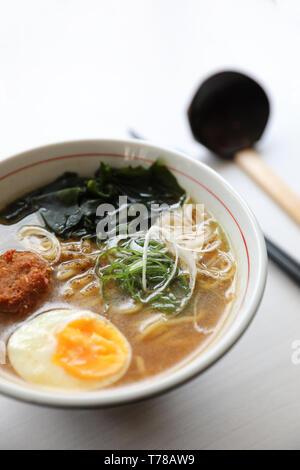 Ramen Soupe aux nouilles japonaises avec des aliments porc nouilles algues d'oeufs Banque D'Images
