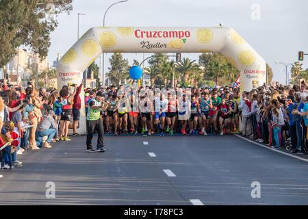 Huelva, Espagne - 5 mai 2019: au début de la course 10K solidaire Huelva sur Mai 2019. La première course de 10K qui a eu lieu à Huelva Banque D'Images
