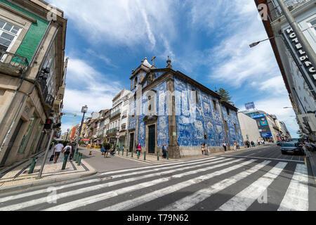 Capela das Almas Église de Porto, Portugal. Sol carrelé azulejo bleu façade extérieure. Banque D'Images