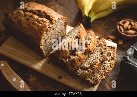 Tranches de pain de pain de banane sur la table en bois. Gâteau Bananes cuites avec des écrous Banque D'Images