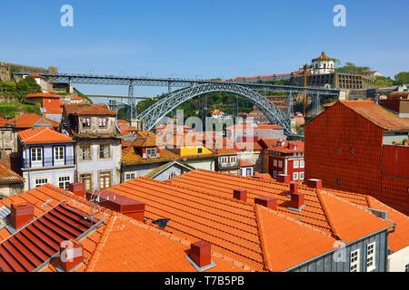 Le Dom Luis I pont en arc métallique orange et toits de Porto, Portugal