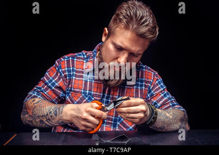 Artisan du cuir coupe décrit pour sa nouvelle production Banque D'Images