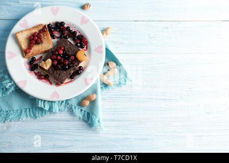 Plaque avec toasts sucrés créatif sur table en bois Banque D'Images