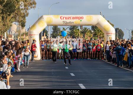 Huelva, Espagne - 4 mai 2019: au début de la course 10K solidaire Huelva sur Mai 2019. La première course de 10K qui a eu lieu à Huelva Banque D'Images