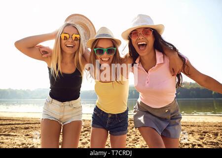 Amies lors d'une fête se moquent de la plage dans le parc. Banque D'Images