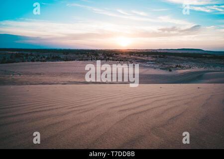 Paysage de plus de soleil dans l'horizon désert de dunes de sable blanc à Mui Ne, Vietnam. Panorama de campagne pittoresque sous ciel coloré au coucher du soleil lever de l'aube. Être