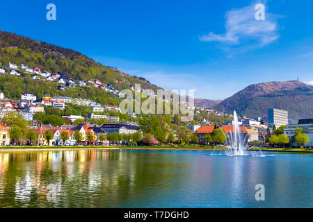 Fontaine au milieu de Lille Lungegårdsvannet au printemps dans la région de Bergen, Norvège Banque D'Images