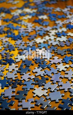 Pièces de puzzle Puzzle sur fond de bois close up Banque D'Images