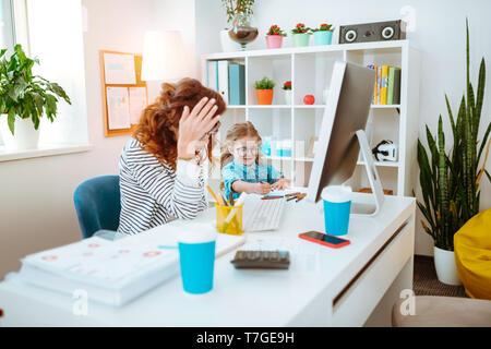 Maman ayant trop de travail alors qu'il était assis près de fille