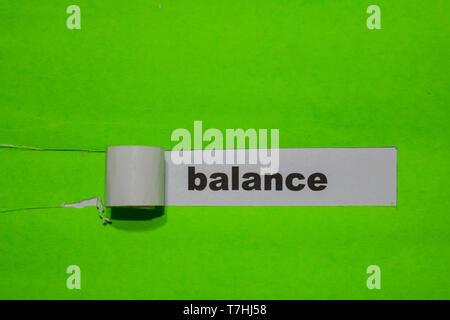 L'équilibre, d'inspiration et de concept d'affaires sur papier déchiré vert Banque D'Images