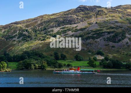 """Lake steamer """"Dame du Lac"""" voyageant au nord-est de l'Ullswater sur Parc National de Lake District, Cumbria, England, UK Banque D'Images"""