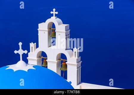 Vue mer et iconique de bleu et blanc clocher de l'église, Santorin, Grèce