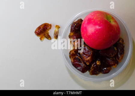 Ramadan Kareem festif, Close up of dates et sainte islamique mois carte de Vœux. Espace libre pour votre texte Banque D'Images