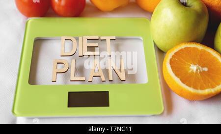 Concept L'alimentation. L'alimentation saine, cuisine balance. Fruits et légumes plan de régime lettrage Banque D'Images