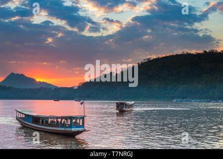 Bateaux sur le fleuve du Mékong à Luang Prabang au Laos, coucher de soleil ciel dramatique, célèbre destination de voyage backpacker en Asie du sud-est