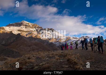 Un groupe de grimpeurs est de se rendre au sommet d'une montagne de neige et ciel bleu.