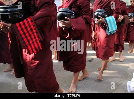 MANDALAY, MYANMAR - 18 décembre. 2015: Procession de moines bouddhistes au monastère Mahagandayon tôt le matin Banque D'Images