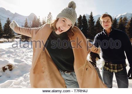Espiègle Portrait young couple in snow Banque D'Images
