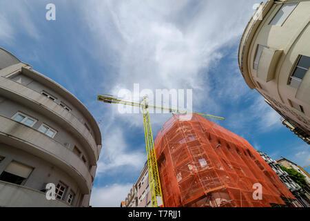 Rénovation et de grue à tour site de construction dans le centre de Porto, Portugal. Banque D'Images