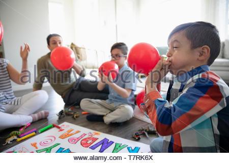 Faire exploser des ballons d'anniversaire de la famille Banque D'Images