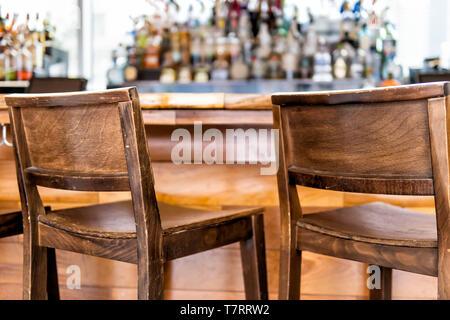 Tabourets De Bar vintage en bois vide ligne compteur en verre création pub pendant la journée libre de retro bois et personne ne Banque D'Images