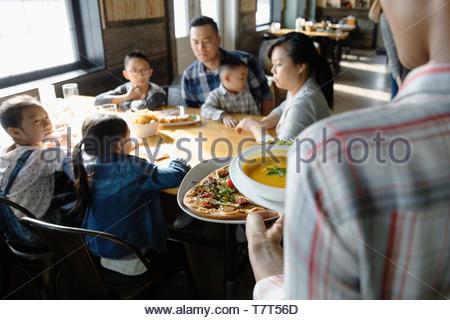 Waitress in restaurant cuisine familiale Banque D'Images
