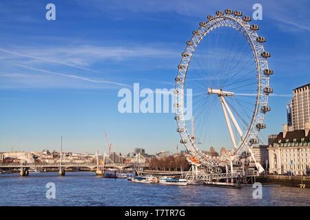 Londres, Royaume-Uni - 19 décembre 2018: London Eye vue depuis le pont de Westminster à Londres, Royaume-Uni. Banque D'Images