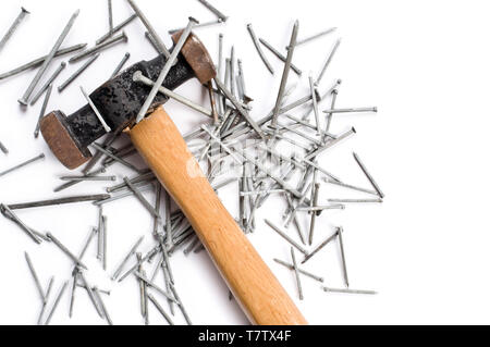 Hammer and nails sur fond blanc. Banque D'Images