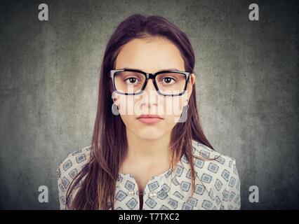 Portrait d'une jeune femme sérieuse à la recherche dans les verres Banque D'Images