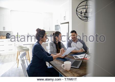 Conseiller financier rencontre avec couple at table à manger Banque D'Images